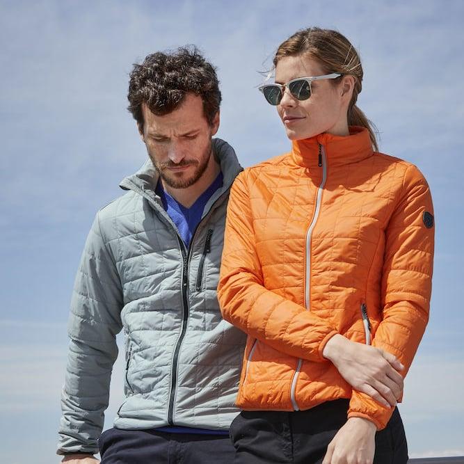 27211240 RAINER JACKET – MENS'S & LADIES' Denne superlette og sporty jakken passer  til alle sesonger. Med PrimaLoft® syntetisk isolering er jakken  overraskende varm.